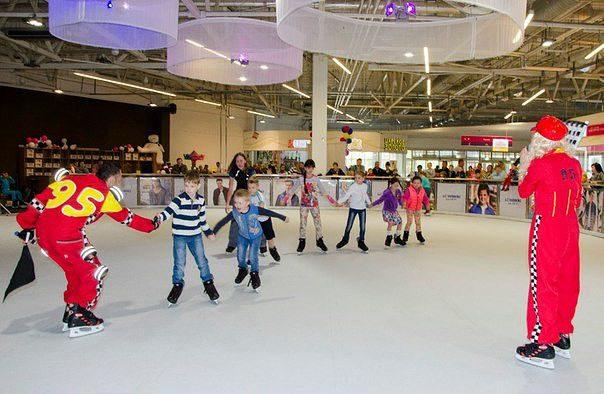 Торговый центр. Молл. Ледовый каток. Катание на коньках. Каток с синтетическим льдом Супер-Глайд для ледовых катков. Каток в молле. Каток в ТРЦ.